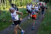 Extrémní závod na 66 kilometrů přes Jizerské hory absolvovalo téměř 200 běžců.