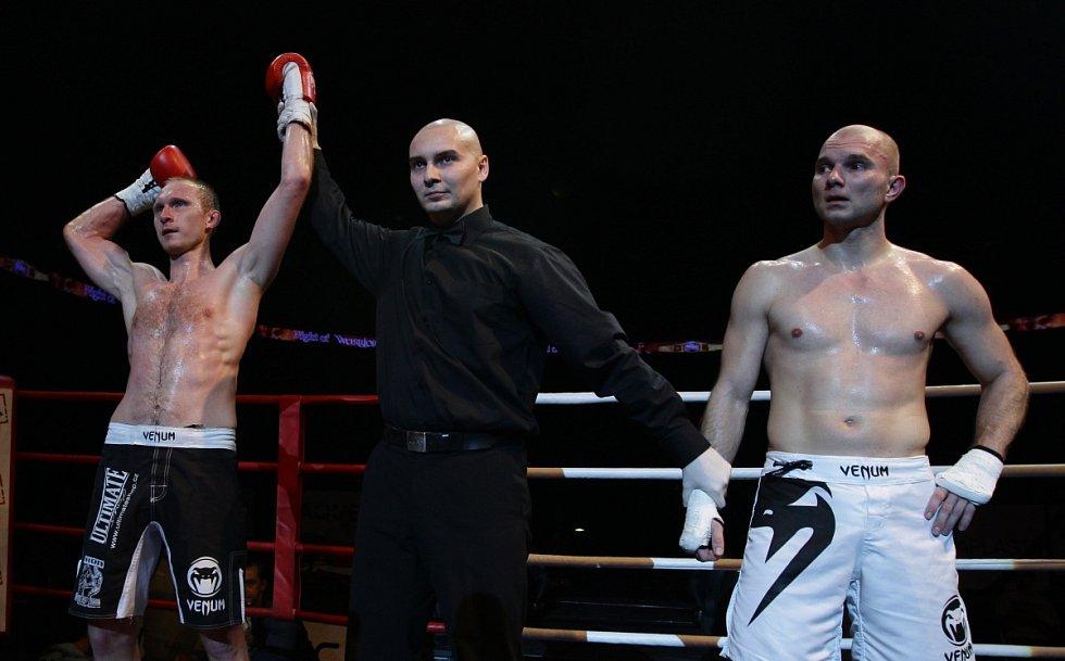 Night of Warriors II v Tipsport areně. Na snímku vlevo Jan Fendrich (Iron Fighters) po vítězném zápase s Michalem Málkem (Krásná Lípa).