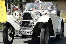 Na tradiční setkání veteránů a rychlostní závod na okruhu Okolo Elišky v Josefově Dole v Jizerských horách přijelo několik desítek automobilů a motocyklů.