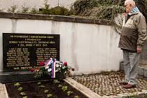 Artur Piechna u pomníku spoluvězňů, kteří zemřeli již v ošetřování členů Českého červeného kříže v Železnám Brodě