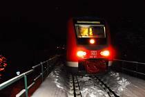 Popelnice na kolejích může někomu zřejmě připadat velmi vtipně. Do smíchu ale nebylo v neděli večer krátce po osmé strojvedoucímu mezinárodního spěšného vlaku na trati Tanvald – Liberec – Drážďany.