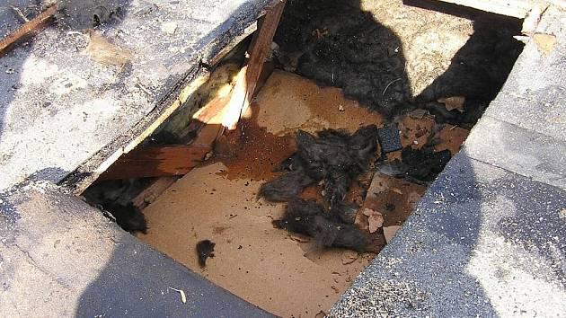 Při sváření lepenky začala na rodinném domku hořet střecha.