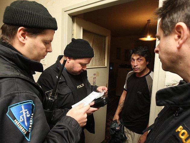 CIZINECKÁ POLICIE ZASAHUJE I V UBYTOVNÁCH. Při raziích se policistům podaří nezřídka načapat cizince, který nemá na území Česka co dělat. Nejčastějším prohřeškem mezi cizími státními příslušníky je ilegální pobyt v naší republice anebo padělané doklady.