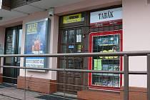 Prodejna tabáku a sázková kancelář v Tanvaldě, kde došlo ve středu kolem 11.00 k loupežnému přepadení prodavačky.