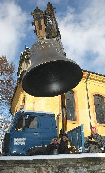Nový zvon Jakub Větší vysvětil emeritní biskup Josef Koukl.