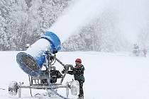 Sjezdovky patřící Ski bižu zasněžují na plné obrátky. V pátek podle šéfa společnosti Pavla Bažanta spustí vleky a začne lyžařská sezona. Na snímku Štěpán Juřík ve středisku Severák.