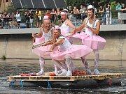 Tradiční plavba netradičních vozidel po Jizeře.