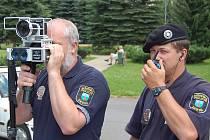 Strážníci Městské policie Desná jasou sice jen tři, ale mají radar, kterým měří rychlost projíždějících vozů městem, na hlavním tahu z Tanvaldu na Harrachov a dále do Polska.