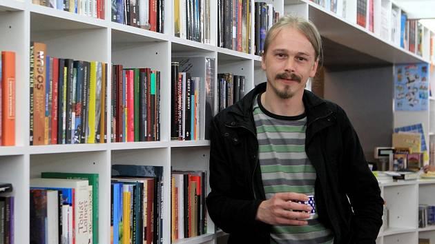 Na snímku majitel a provozovatel knihkupectví Mgr. Vladimír Opatrný.