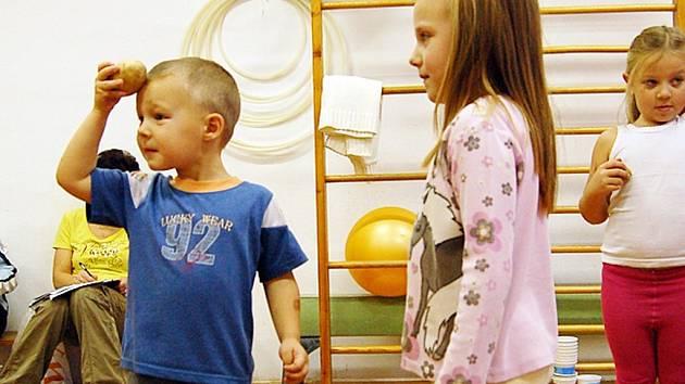 Kromě vychovatelů a učitelů vyzkoušeli i čertovské hry a cviky na správné držení děti ze MŠ Jablůňka v Jablonci. Cviky s bramborou zlepší například správné držení těla a bystrost.