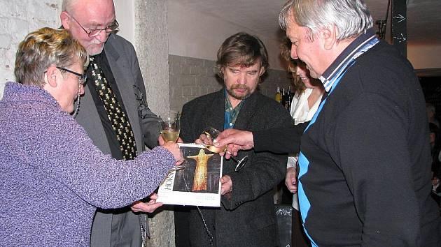 Výpravnou publikaci Horské lesy pokřtili její spoluautoři a hosté ve čtvrtek 23. února v jablonecké La Kavárně