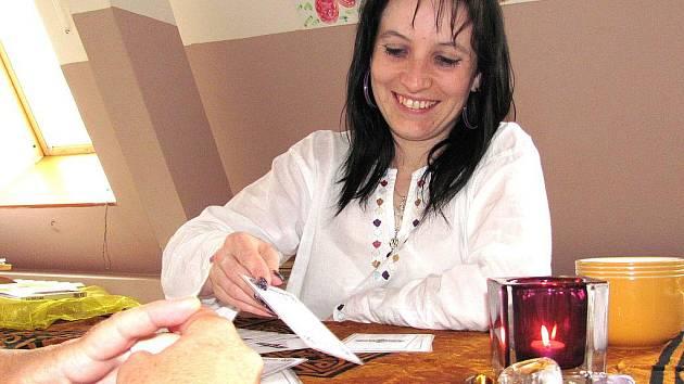 Do Jablonce přijela kartářka Janka Leana Beláková z Věštírny Květy Fialové na soukromé pozvání. O její služby byl mimořádný zájem.