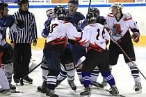 Neregistrovaná hokejová liga amatérů pokračovala dalším hracím víkendem. Na snímku utkání HC Vorvani Liberec (v modrém) – HC Drak Líšný 7:9.