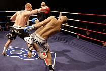 Jan Fendrich ukončil kickboxerskou kariéru. Nad Michalem Málkem (modré rukavice) vybojoval profesionální titul mistra ČR.