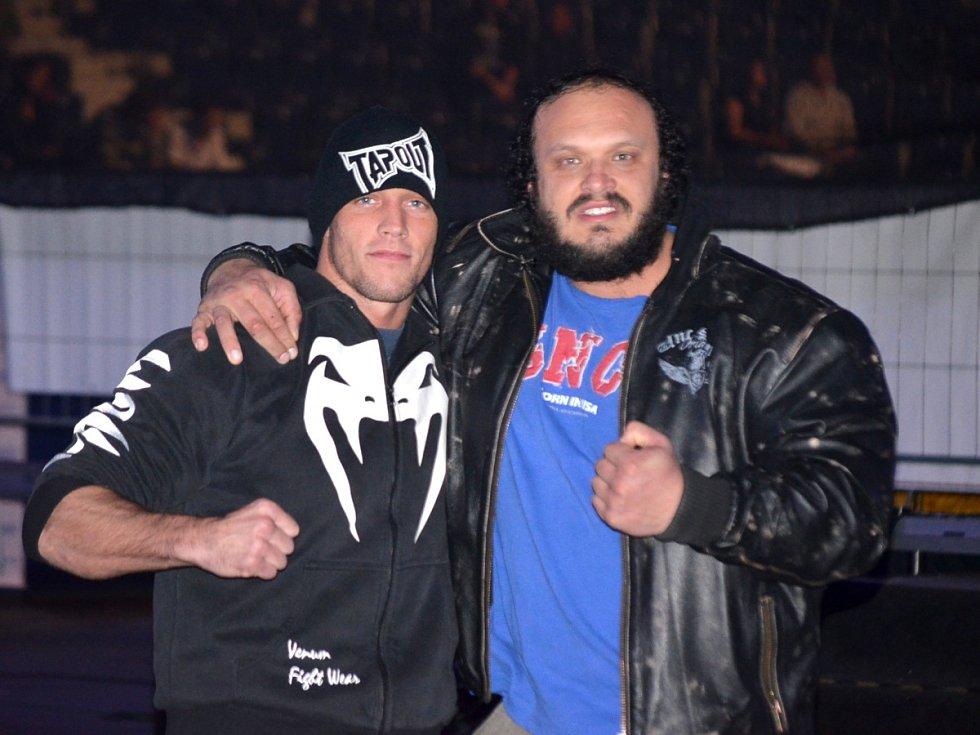 Petr Záděra (vpravo) s dalším fighterem Tomášem Penzem na Night of Warriors II.