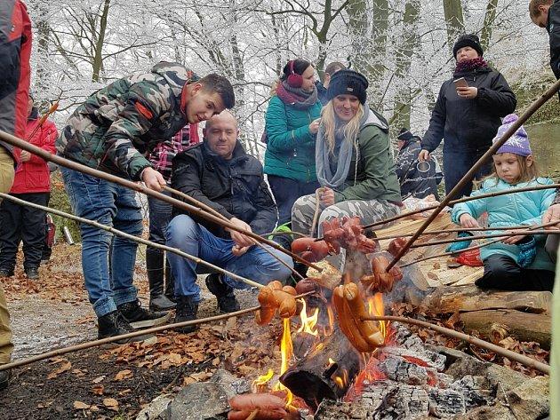 BUŘTÍKY NA DĚVÍNĚ. Zhruba 250 uzenin a adekvátní počet krajíců chleba připravili na Obecním úřadě v Hamru na Jezeře na Silvestrovský pochod. Nezapomněli ani na erární hořčici.