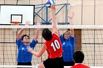 Na snímku smečuje  brodská volejbalistka Votočková (10), kterou bolkují hráčky Bižuterie  Kottová (9) a Sejnová (11).