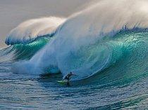 Člověk musí být odborník, aby dokázal sjíždět slavnou Pipeline, kde těsně pod hladinou číhají hroty korálů. Sem naseverní pobřeží Oahu přijíždějí surfaři zcelého světa. Atmosféra Makahy na pobřeží odráží mnohem víc duch místních rodin.