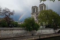 Pás duhy směřuje ke katedrále Notre Dame.