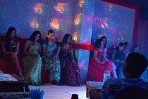 Profesionální společnice představují v podobných tanečních klubech a nevěstincích jedinou občasnou příležitost kontaktu se ženami pro zahraniční pracovníky.