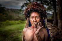 Kmen má i svoje krvavé rituály. Jedním z nich je, že se ženě usekne článek prstu, když jí zemře příbuzný.