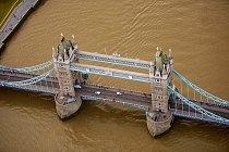 A kdo by neznal londýnský Tower Bridge, který byl přes řeku Temži postaven v letech 1886 až 1894.