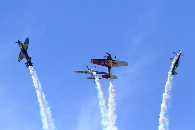 Akrobatická skupina Flying Bulls a jejich ´rozprsk´.
