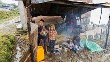 Při zemětřesení v roce 2015 bylo zcela zničeno více než půl milionu domů a další statisíce byly poškozeny. Díky humanitární pomoci dnes lidé bydlí v provizorních přístřešcích ze dřeva a vlnitého plechu.