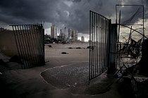 Za rozbitou bránou bývalé restaurace na nábřeží v Gaze se tyčí obytné domy. Pláž kdysi překypovala rybářskými čluny a kavárnami, izraelská námořní blokáda, splašky a nedostatek prostředků na rekonstru