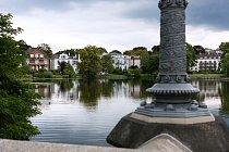 Rezidenční čtvrť Hamburku u jezera Alster. Asi 160 ha velké jezero je pro místní oblíbeným centrem vodních sportů.