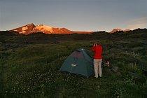 Po západu slunce u našeho stanu máme úžasný výhled na oba ještě sluncem zalité Chillány.
