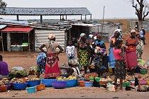 Přebytky úrody zemědělci prodávají na trzích u hlavních tahů. Mnohdy je pro prodejce složité zjistit reálné ceny potravin, neumějí stanovit ceny. Drahé zboží neprodají, na levném prodělají.