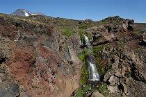 Pár metrů od nás jsme objevili dvoupatrový vodopád s jemnou duhou a výhledy na nám dobře známý Volcán de Chillán.