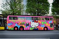 Hello Kitty autobusy jezdí v Tokiu.