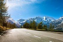 Horská skupina Glockner (Glocknergruppe), přes kterou silnice vede je jednou ze sedmi částí, na něž se člení Vysoké Taury. K významným vrcholům (kromě Großglockneru) patří například Wiesbachhorn (3564