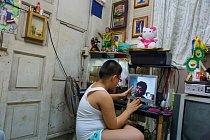 Jesus Bautista pracuje jako elektrikář vŠardžá vSpojených arabských emirátech ajeho syn Jesus Julian ho většinou vídá jen namonitoru počítače. Devítiletý Julian hovoří sotcem zjednopokojového by