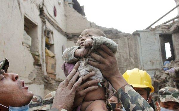 Čtyřměsíční Sonit Awal se stal symbolem naděje pro Nepál.