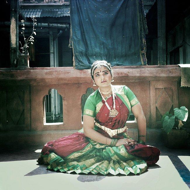 Tradiční tanec tančily devadasis – chrámové tanečnice, které dokonale ovládaly nejen tanec, zpěv a hru na hudební nástroje, ale i filozofii. Začátkem 19. století byl tanec bharatanátyam přesunut z chr
