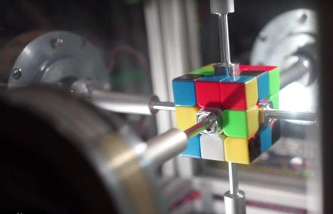 Šílenství zvané Rubikova kostka má nový rekord ve složení.