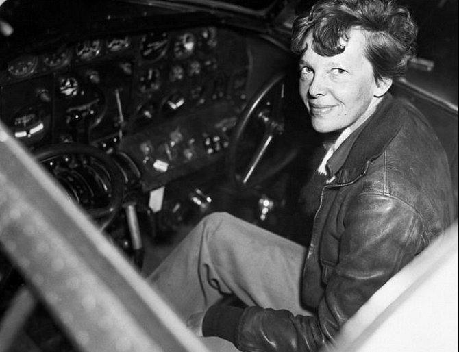Earhartová doufala, že se stane první ženou, která bude létat po celém světě. Vroce 1937zmizela beze stopy kdesi nad Pacifikem a od té doby se vytvořilo několik hypotéz ojejím osudu.