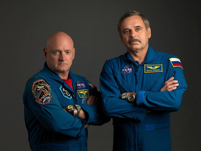 Astronauti Scott Kelly, velitel expedice se svým kolegou, ruským kosmonautem Mikhailem Kornienkem v Johnsonově vesmírném centru.