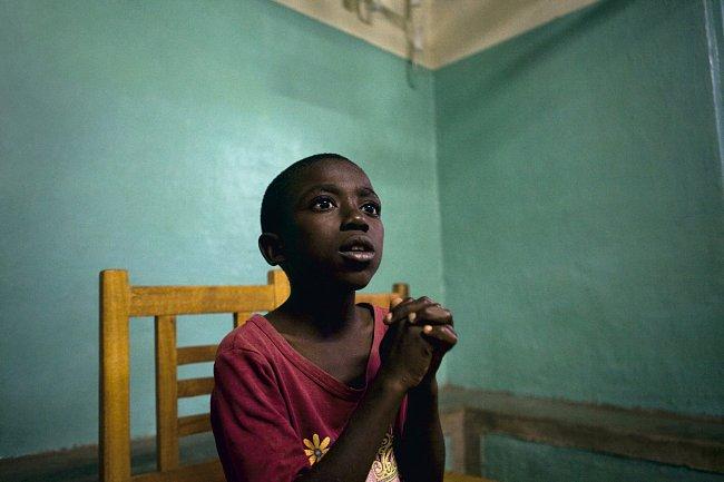 Jednáctiletý Ozias Kambale Pimo z Kiwanjaje se dozvídá, že jeho rodiče jsou ještě naživu. 2009