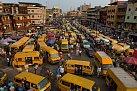 Nakonci pracovního dne zaplní Idumota Market naostrově Lagos množství minibusů. Odvážejí lidi, kteří se vracejí domů zpráce napevninu, kde většina Lagosanů bydlí.