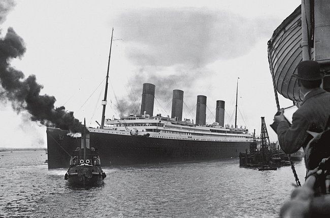 Titanic vedený vlečným člunem vyplouvá z přístavu v Southamptonu. O pět dní později ležel tento symbol pozlaceného věku na dně severního Atlantiku.