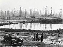 Fotografie zachycuje vrtné věže v Los Angeles (Signal Hill) v roce 1941.