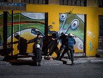 Policisté prohledávají mladého muže naAischylově ulici nedaleko náměstí Omonia vAthénách. Odzačátku krize se vtéto oblasti častěji vyskytují drogy, prostituce aAIDS.