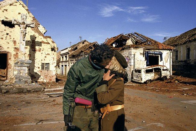Srbové oslavují vítězství v chorvatském Vukovaru. 1991