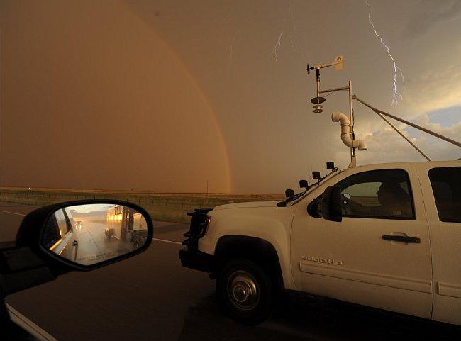 Než se z jeho sledování blesků stala posedlost, strávil Tim několik let lovením tornád. Zkonstruoval elektronické sondy osazené videokamerami a dalšími přístroji, které nastražil do předpokládané dráh