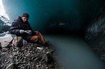 Markus Dieser otevírá balení ultrajemných filtrů pro odběr bakterií vyplavených zpod ledovce vydatným tokem.