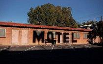 Motel Deser-est stojí přímo u silnice ve městě Ely v Nevadě.
